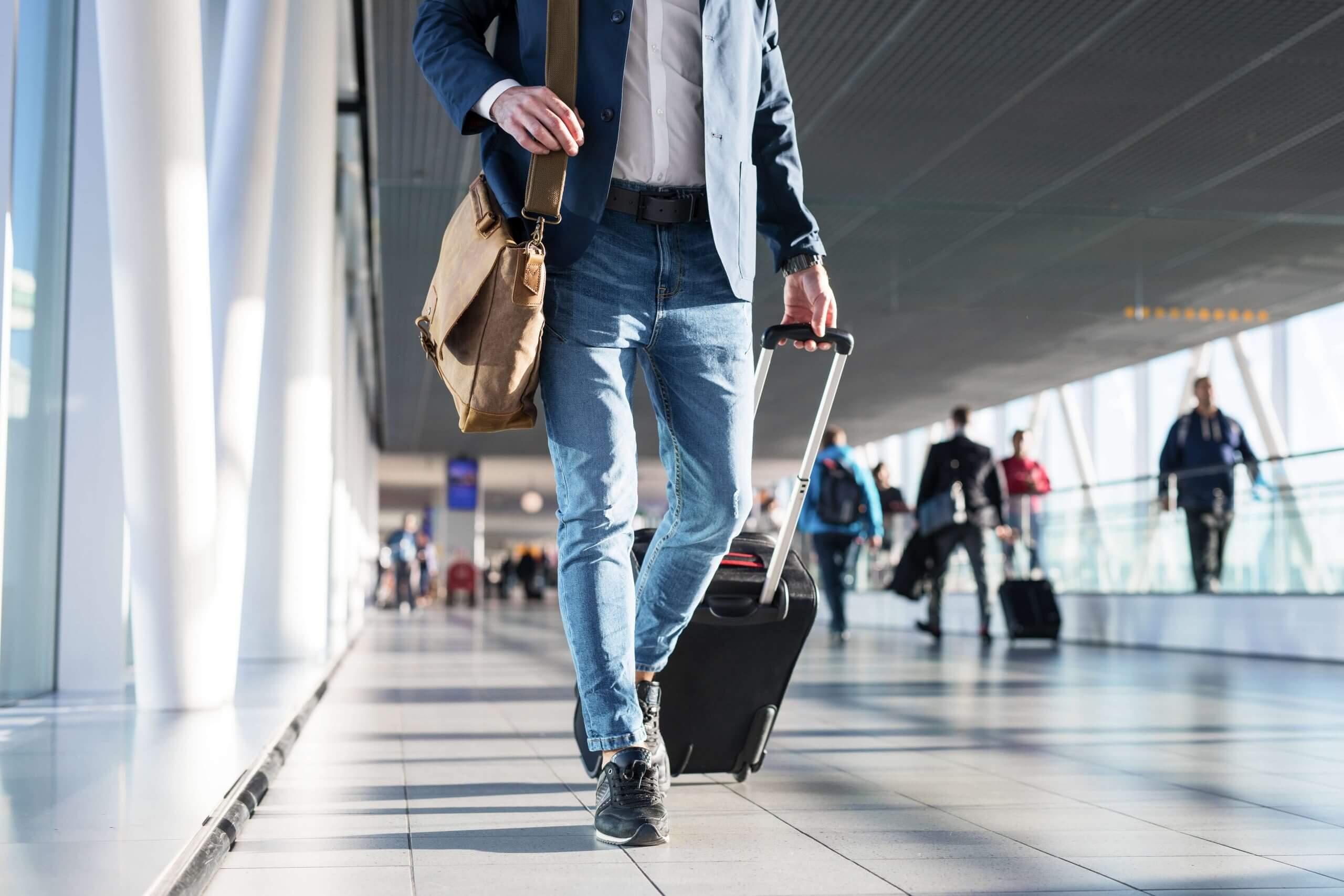 Mann går på flyplassterminal